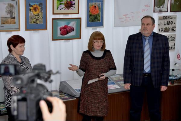 Выступление председателя Общества Рерихов Н.Г. Зоткина (в центре) на открытии фотовыставки.