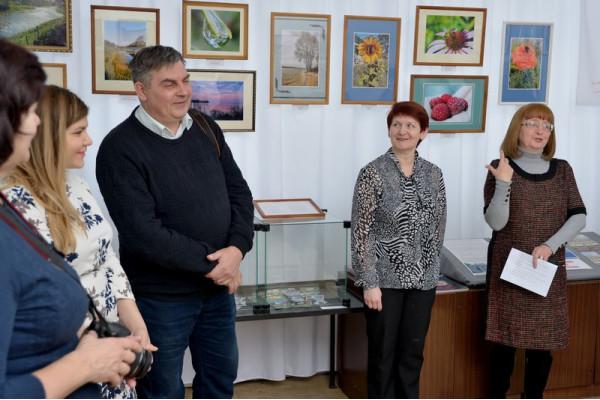 О своем фотоклубе рассказывает его председатель - А. М. Лобанов (третий слева).
