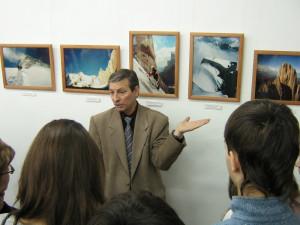 Экскурсию по выставке проводит И.Т.Душарин