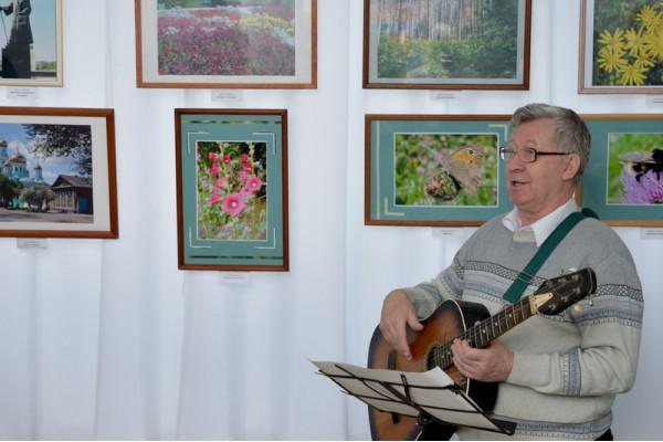 руководитель клуба авторской песни Владимир Степанович Варламов исполнил песни о лете и фотографах.