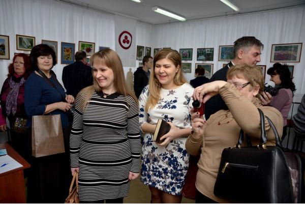 """Гости на открытии выставки """"Заглянем в лето""""."""