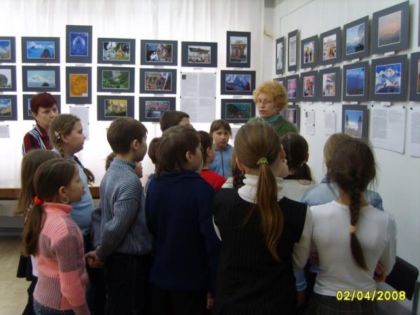 Учащиеся на выставке