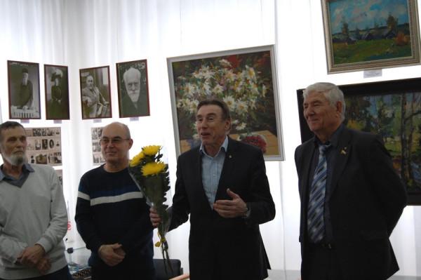На открытии выставки выступает Александр Макаров (второй справа)