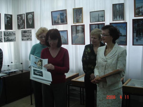 На открытии выставки. И. Шейхина-справа
