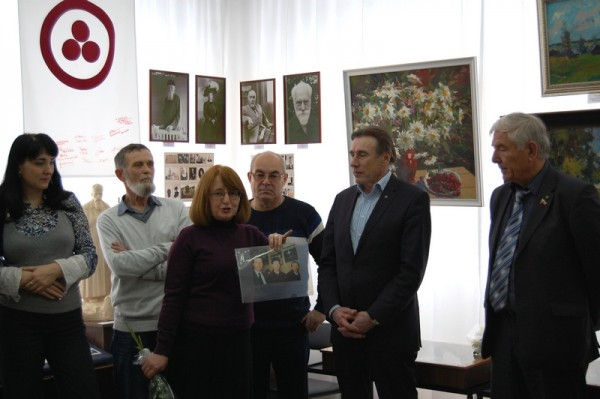 Поздравление с открытием выставки председателя Общества Рерихов г. Сызрани Натальи Зоткиной (третья слева)