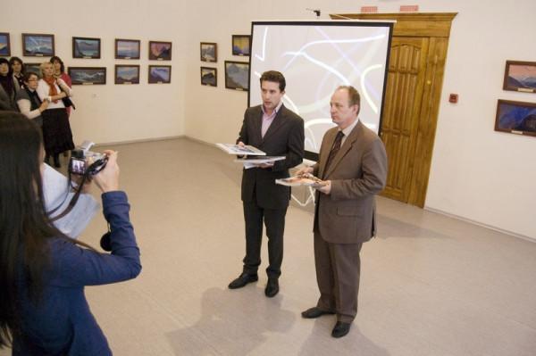 выставку открыли Прохорычев А.Л., представитель МЦР и Рябов Г. Е. директор Краеведческого музея
