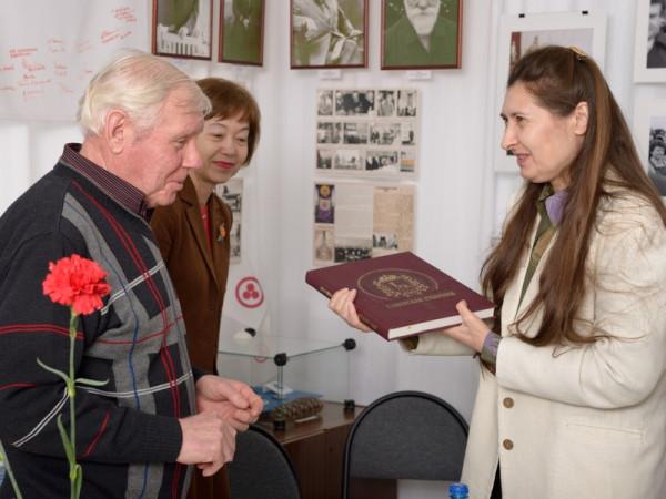 Н.Н.Никитин подарил на память библиотечной системе Сызрани (директор И.В.Королева-справа) фотоальбом о Самарской области