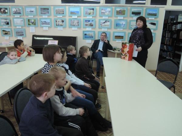 """От имени общественного совета микрорайона  С. В. Манькова  подарила книги библиотеке центра помощи ДОПР """" Искра""""."""
