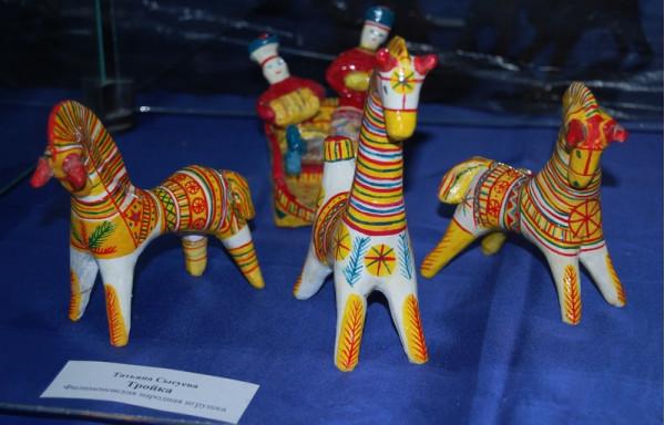 Часть экспозиции глиняной игрушки