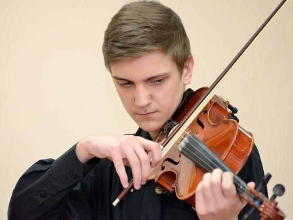 Играет на альте студент I курса колледжа Павел Медянников