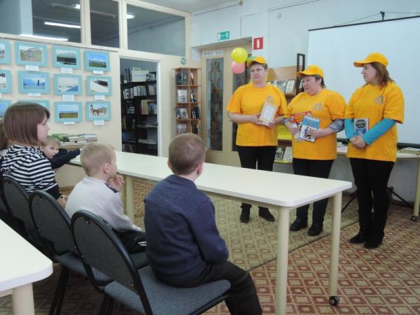 Представители центра социального обслуживания сызранского городского отделения не остались в стороне и преподнесли ребятам книги.