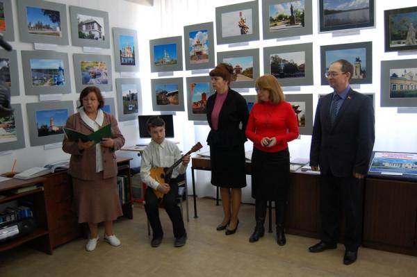 Выставку открыл учащийся ДШИ № 4 Денис Дубровин исполнением  на балалайке мелодий русских народных песен (второй слева).
