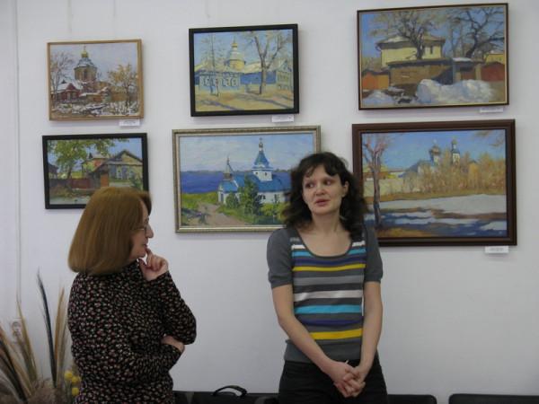 Мария Гаврилова (справа) на открытии выставки