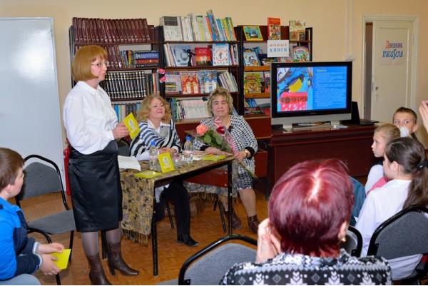 Презентацию проводит председатель Общества Рерихов Наталья Зоткина.