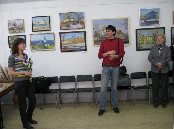Марию Гаврилову поздравляет с открытием выставки художник-педагог А. Горячев (справа)