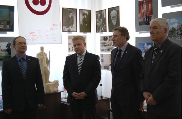 Выступает заместитель главы муниципалитета Андрей Советкин (второй слева)