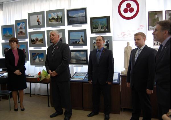Читает свои стихи  о России депутат Думы г.о. Сызрань Александр Лексин (второй слева)