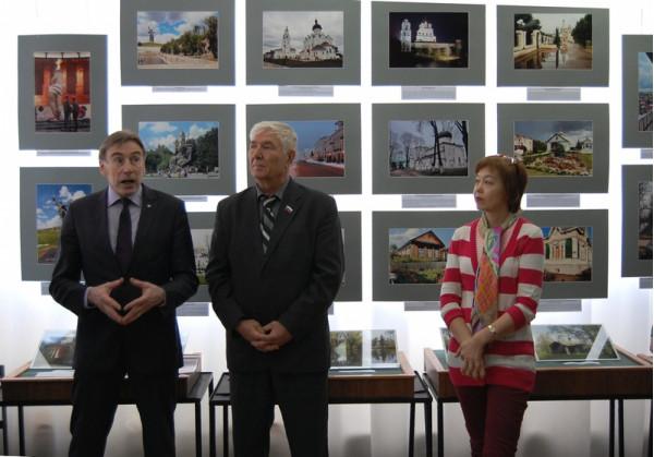 Выступает один из участников выставки Александр Макаров (первый слева)