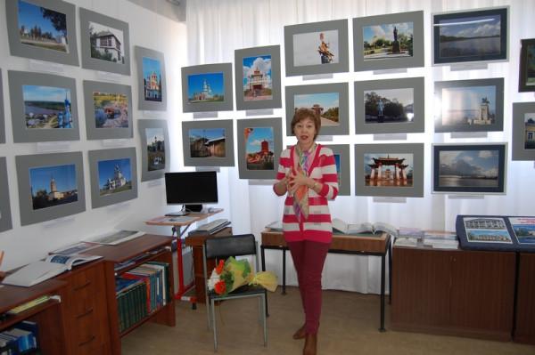 Экскурсию по выставке проводит участник выставки Елена Мочалова