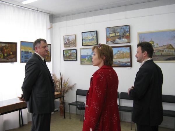 на выставке В.В. Хлыстов( слева), Е. Г. Мочалова, В.Н.Лисейчев (справа).