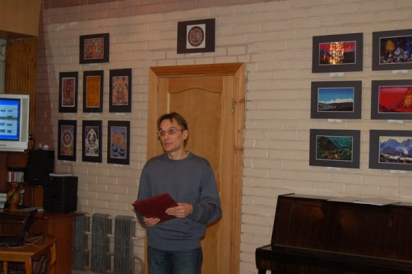 выставку открывает президент Дома Рерихов г. Тольятти А. М. Богданов