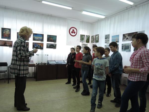 Л.П. Минеева с участниками викторины