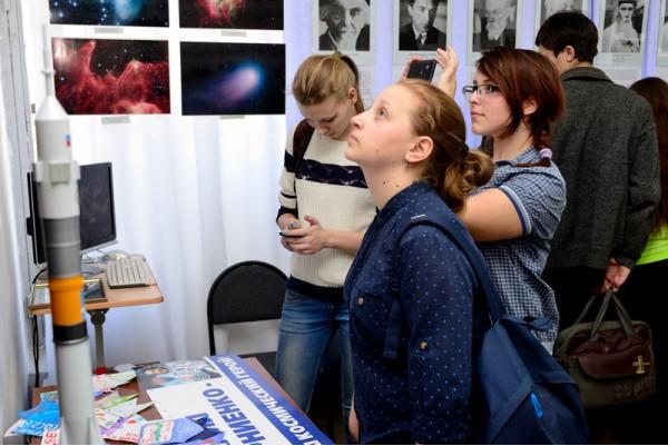 Будущие педагоги  - студенты педагогического колледжа знакомятся с экспозицией.