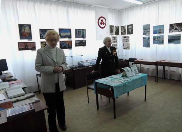 Л.П. Минеева (слева), сотрудник Общества Рерихов г. Сызрани, представляет А.М.Крючкову.