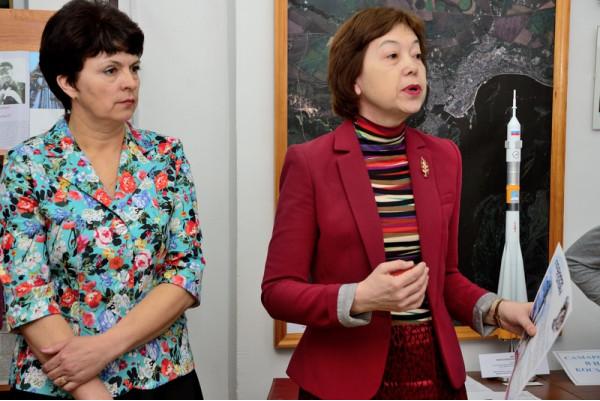 Начальник отдела общественных связей и информации Думы г.о. Сызрань Е.Г.Мочалова (справа) делится впечатлениями от встреч с космонавтом Михаилом Корниенко.