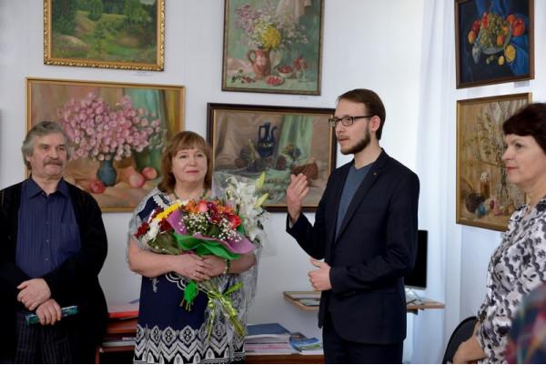 Преподаватель отделения изобразительного искусства ДШИ №2 имени А.И. Островского Зайнетдинов Ильдар (второй справа) поздравил Н.Н. Пушкову с открытием выставки.