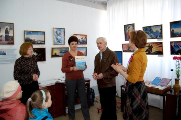 Подарок библиотеке от Г.М. Чаплыгина (в центре).