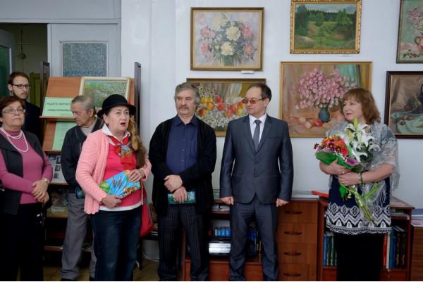 Поэтесса З.М. Искаева (третья слева) в честь открытия выставки прочитала  стихи своей подруге Н.Н. Пушковой.