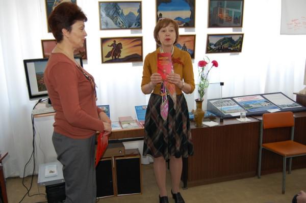 Юбилейный набор открыток о Героях Советского Союза - сызранцев преподносит Е.Г.Мочалова(справа).