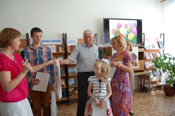 Подарки от Думы г.о. Сызрань вручают А.Н. Лексин (третий слева) и Е.Г. Мочалова (первая слева).