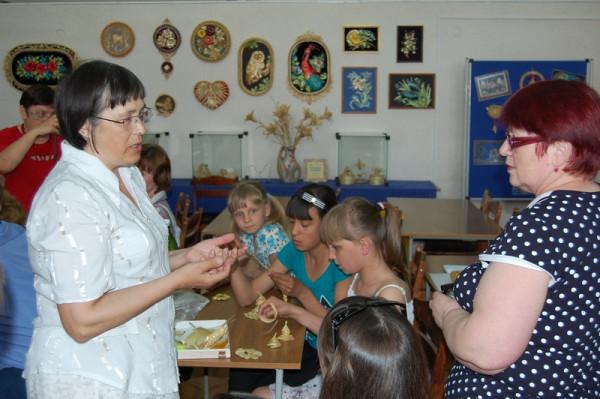 Наталья Клыш (слева) проводит мастер-класс
