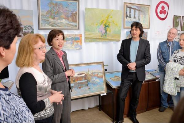 С открытием выставки художника поздравила от имени городской Думы Е. Мочалова (третья слева)