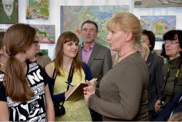 От имени городской Администрации А. Горячева поздравила А. Шаропова (в центре)