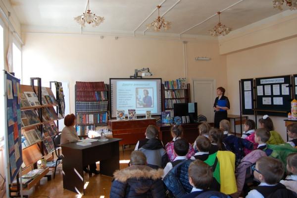 Сотрудник Центральной детской библиотеки им. А. Гайдара представляет гостью из г. Заречного, поэта Ольгу Слепову.