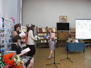 Председатель Общества  Рерихов  Н.Г. Зоткина ( справа) вручает книгу Л.В. Шапошниковой   директору ЦБС  И.В. Королевой.