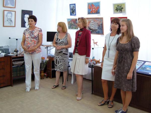 Открыла выставку заведующая библиотекой - филиалом №18 В.И. Плохова