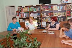 Новые книги представляет Н. Зоткина (в центре)