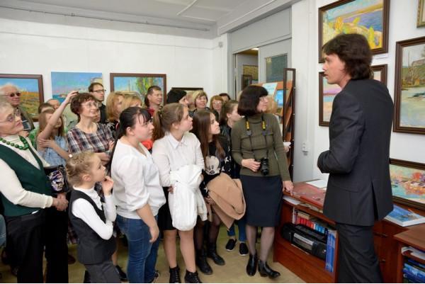 Экскурсию по своей выставке проводит Александр Горячев