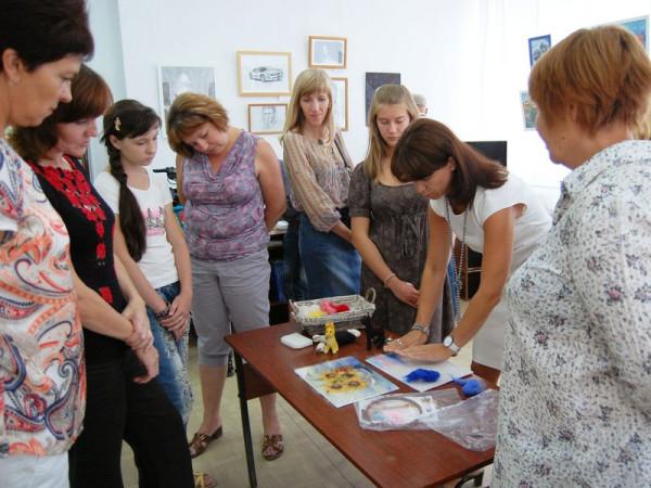 На открытии выставки авторы  Дина и Дарья Паясь провели мастер-класс по работе с шерстью