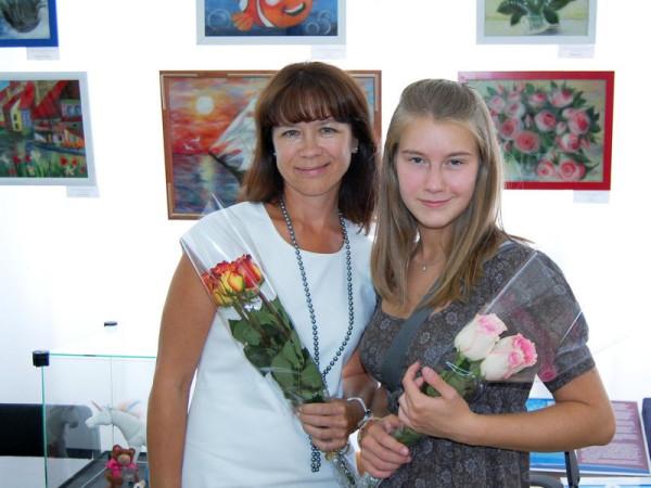 На открытии выставки авторы  Дина(слева) и Дарья Паясь( с права)