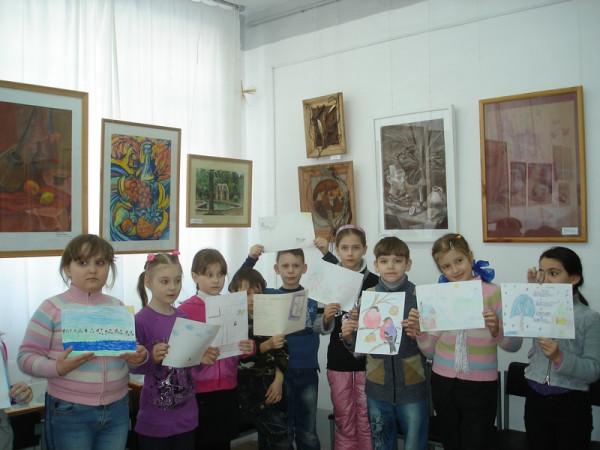 школьники на выставке