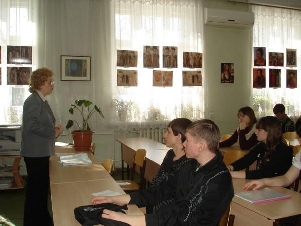 Беседу со студентами проводит Л.П. Минеева.