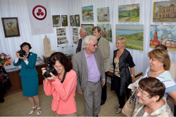 В зале на открытии выставки