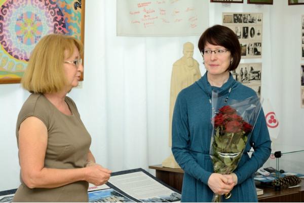 Приветственное слово автору от председателя Общества Рерихов г. Сызрани Н.Г. Зоткиной (слева).