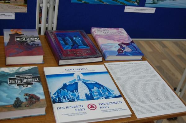Часть книжной выставки