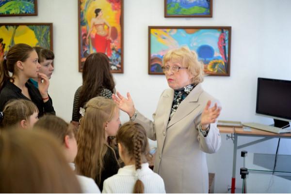 Экскурсию по выставке ведет Л.П. Минеева.